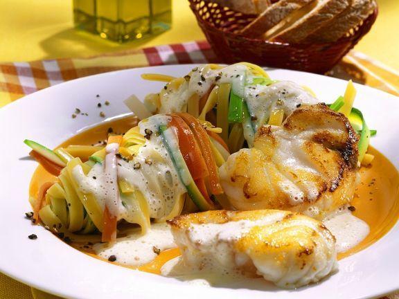 Seeteufel mit Gemüsenudeln ist ein Rezept mit frischen Zutaten aus der Kategorie Meerwasserfisch. Probieren Sie dieses und weitere Rezepte von EAT SMARTER!
