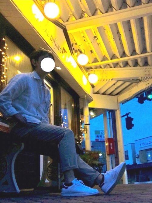 夜の街にふらっと ベージュ系で1トーン シャツはリネンでクタクタ感のある無印良品 商店街のベンチで一