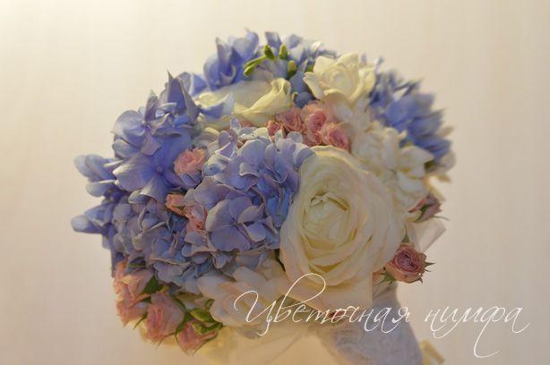 Свадебный букет в синих тонах из голубой гортензии, синей гортензии, белой фрезии, белой крупной розы, кремовой кустовой розы