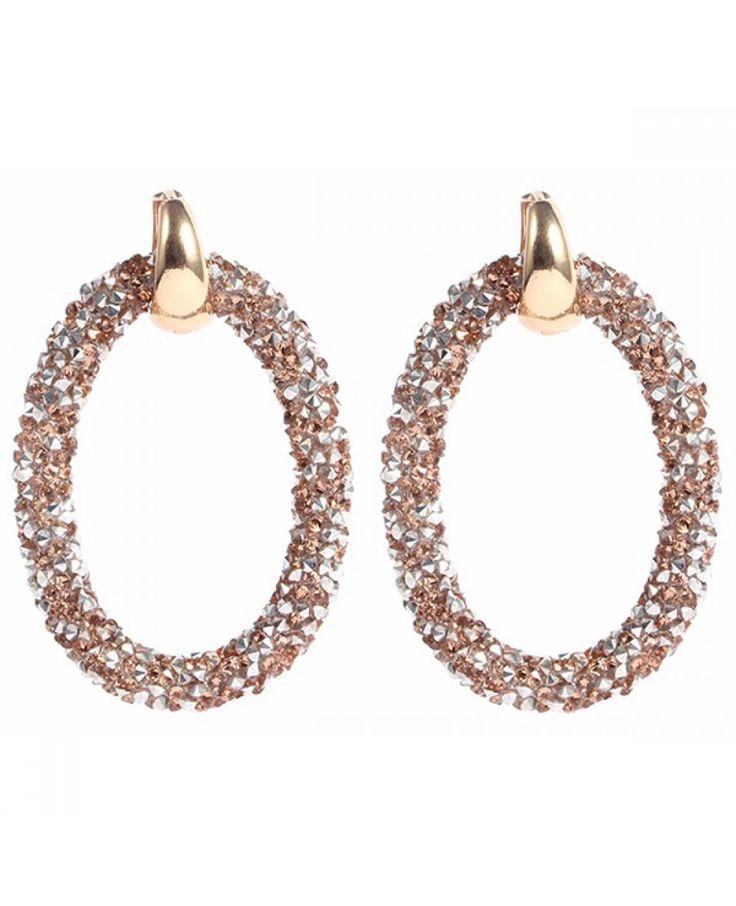 Prachtige ovale oorbellen afgewerkt met glimmende kristallen in goud met bruin. De creool is vervaardigd uit een vergulde metaallegering en is gemakkelijk dicht te klikken. De oorbellen zijn licht in gewicht en hebben een afmeting van 5.5 x 3,5cm. Maak je outfit compleet met deze prachtige hangers. De oorbellen worden per paar geleverd in geschenkverpakking.