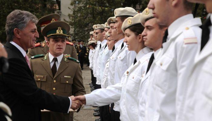"""LA COLEGIUL MILITAR LICEAL """"DIMITRIE CANTEMIR"""" S-AU NUMĂRAT """"BOBOCII"""" ♦ Porţile colegiului s-au deschis, din nou, pentru cei peste 450 de liceeni militari. Bucuria revederii – pentru elevii din clasele mai mari – s-a împletit cu emoţiile primilor paşi într-un nou început ale celor din clasa a IX-a."""