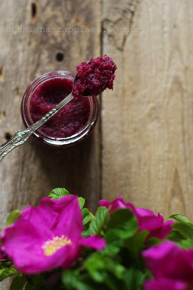 Skarb. Słoiczek róży to skarb. Róża jest po to, żeby się nią zachwycać, żeby co jakiś czas odkręcić słoiczek, powąchać, przypomnieć sobie bzyczenie pszczół i upojny zapach wczesnego lata. I znówod…