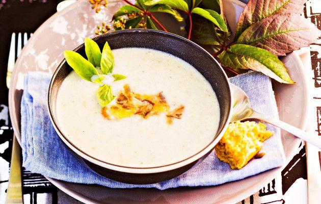 Palsternakkakeitto on lempeä ja sakea kasvissosekeitto, joka on lämmittävä alkuruoka tai ateria syysiltoihin.