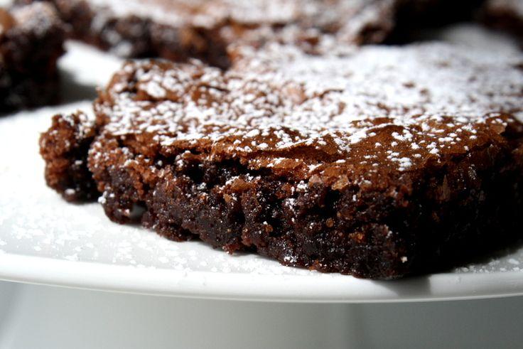 Mintkladdkaka i långpanna. En favorit som vi bakat många gånger nu. Kanon att frysa in och lika god att tina upp och bjuda på som den är nybakad. Till den sega mintkakan behöver du : 200 gram smör 4 ägg 5 dl socker 2 1/2 dl vetemjöl 8 msk kakao … Läs mer