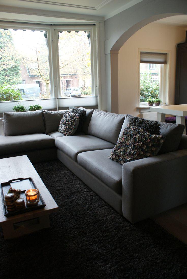 De hoekbank is van private label ZoNi van Arkelwonen, kwalitatief hoogwaardig met een zeer sterke meubelstof die niet verkleurt, wasbaar is en gemakkelijk vlekken laat verwijderen.
