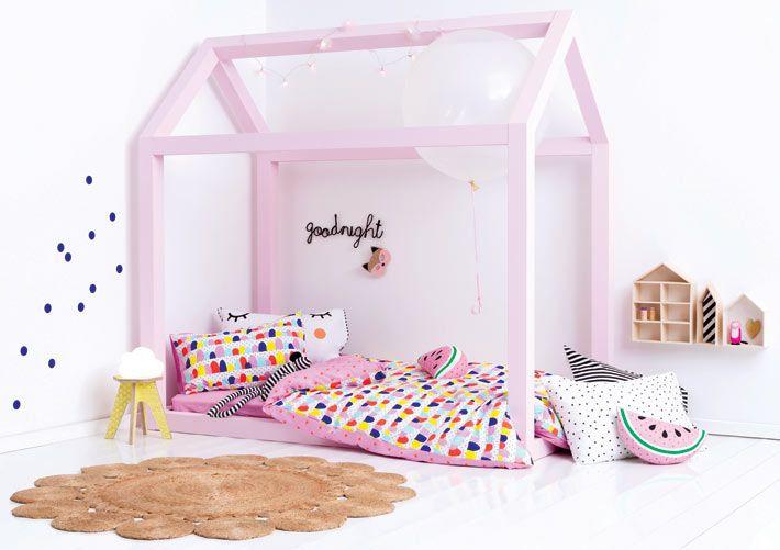 Нежно-розовый каркас-домик над кроватью в детской комнате