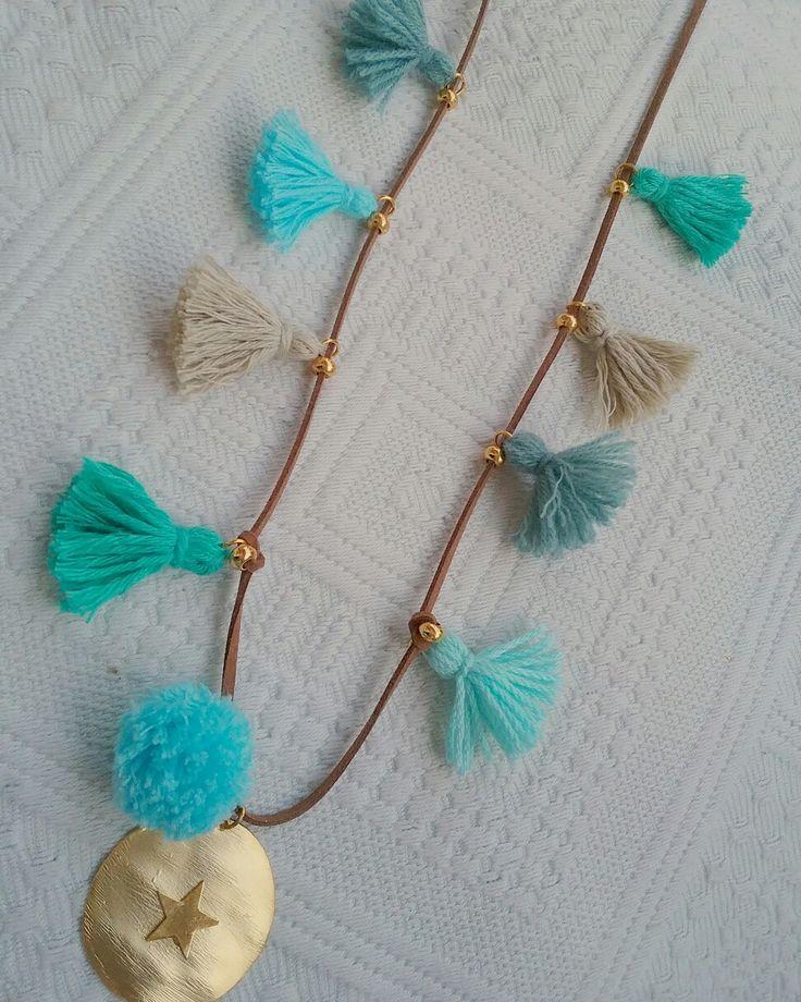 Collar placa estrella con borlones en tonos azules y pompon turquesa