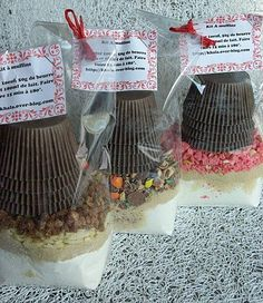 sos muffins Par sachet et dans l'ordre: 1 pincée de sel, 200g de farine, 1/2 sachet de levure chimique, 100g de sucre roux idées de garnitures : - 80 g de pralines roses concassée - 100g de M&M's concassés - 80g de pépites de chocolat noir + 60g d'amandes (ou noisettes, ou pistaches, ou figues ) Sur votre étiquettes , marquer qu'il faut rajouter 1 oeuf, 50g de beurre fondu et 180ml de lait Remplir les 12 caissettes, cuire environ 15 min à 180°