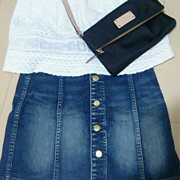 台形 デニム 濃い目 レディースS~M位 使用感ありますがボタン故障なし まだまだ着用可能 いい感じに味わいありカワイイです♪ (表&裏の色が薄い部分は元からの加工です)  平置きで計りました ・横 ウエスト約32,5cm/裾50 ・縦約46cm  #ネイビー#デニムコーデ#台形#スカート