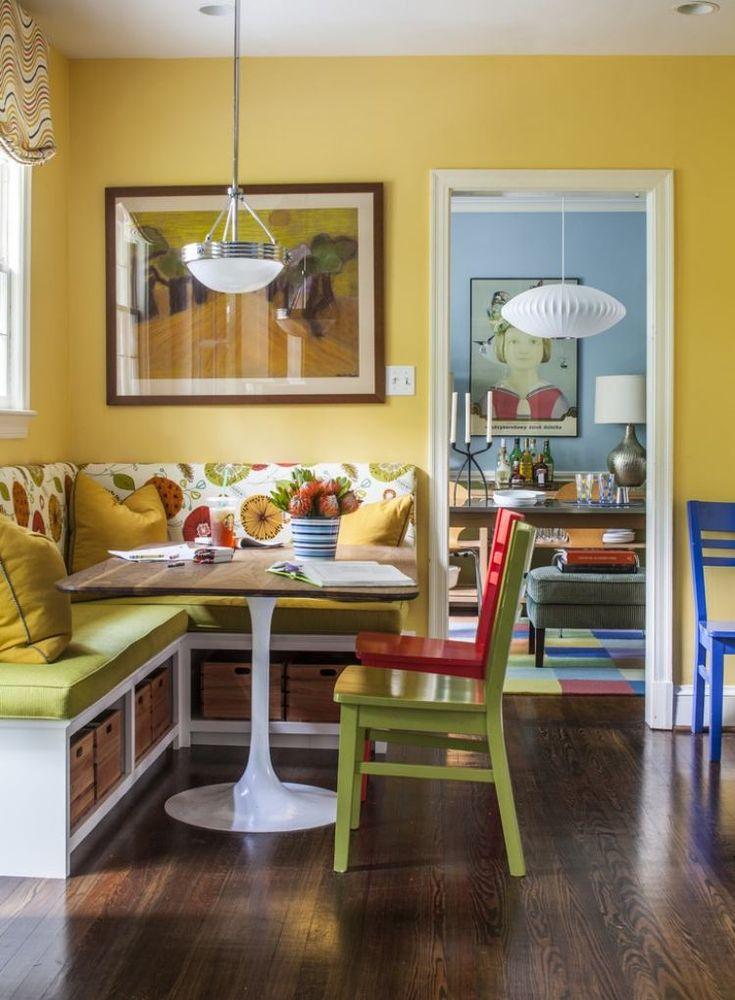 schöne Sitzecke mit Bank und leuchtenden Farben für Wände und Polsterungen