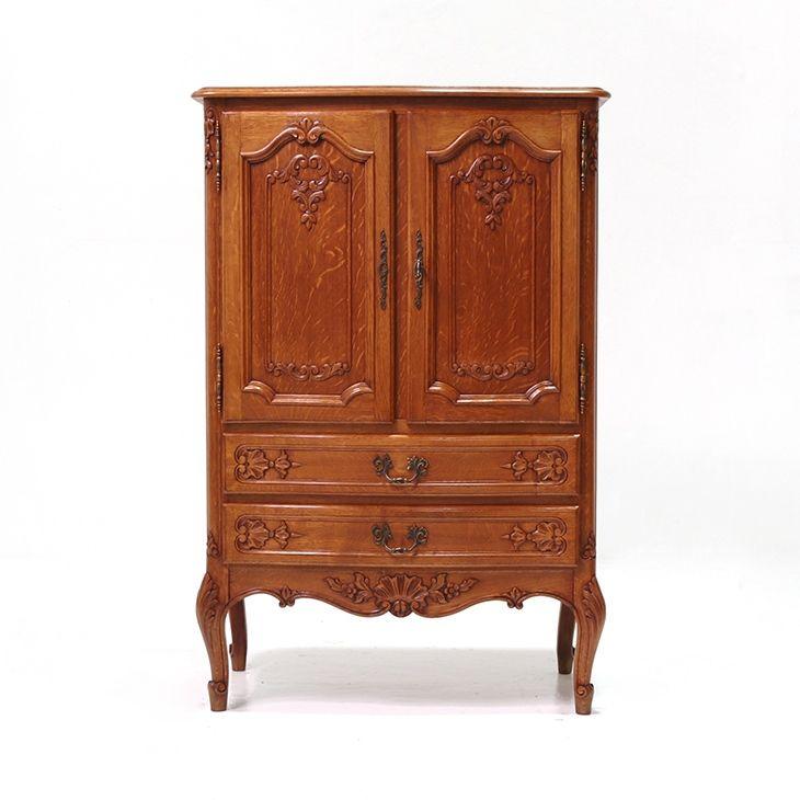 扉収納と引き出し収納で何かと使い勝手の良いフランスアンティーク家具のキャビネット。素敵な彫刻に可愛らしい猫足、良質なオーク材を使用してしっかりと作りこまれていますので、とってもオススメのフランスアンティーク家具  商品ID32328 商品名アンティーク フレンチキャビネット 輸入国フランス 年代1930 材質オーク材 サイズ横幅:795 奥行:445 高さ:1200mm 重さ:43kg 業販価格¥69,900 (¥75,492 税込)  #キャビネット #リビング #サイドキャビネット #インテリア #interior #アンティーク #antique #アンティーク家具 #antiquefurniture #アンティーク家具屋 #アンティーク家具販売 #イギリスアンティーク #イギリスアンティーク家具 #イギリスアンティークマーケット #英国アンティーク #英国アンティーク家具 #フランスアンティーク #フランスアンティーク家具 #フランスアンティーク雑貨…