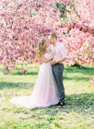 Прогулка в цветущем розовом саду