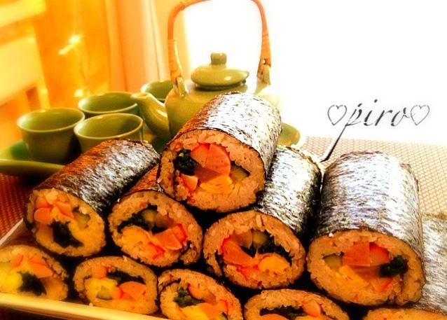 こんにちは!  今日は節分。 家族のリクエストで我が家の恵方巻きは韓国キムパです。  玉子焼き、カニかま、魚肉ソーセージ、沢庵、胡瓜が入っています - 461件のもぐもぐ - 恵方巻き 日本の焼き海苔で韓国キムパ キムパの簡単巻きレシピUPしました。 by 0987hiropon