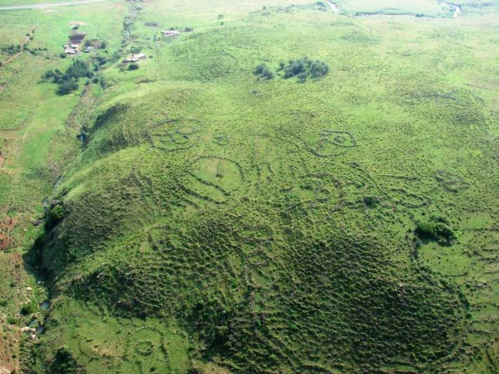 The incredible discovery was made in South Africa, around 150 km west of port Maputo. There, we find the remains of a huge metropolis that measures, according to tests, around 1500 square kilometers. This ancient city is, according to researchers, part of an even larger community with about 10,000 square kilometers and is believed to have been constructed 160,000 to 200,000 years before Christ.