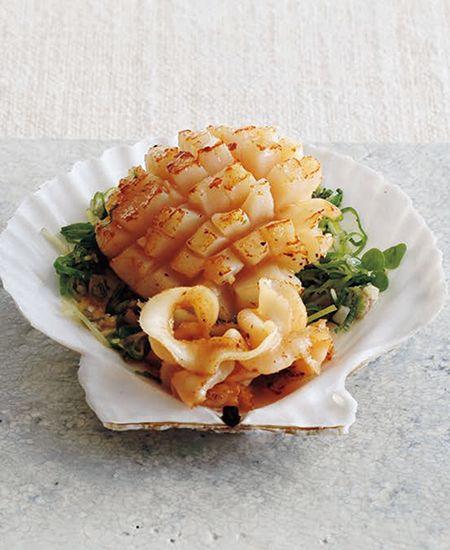 Cookbook_Everyday_26 May 帆立貝はこれから7月にかけてが旬。身がふっくらとし、旨みも濃くなります。お刺し身に照り焼き、はたまた中華風の炒め物など、どう調理してもおいしい帆立ですが、やはり鉄板はバター焼きでしょう。居酒