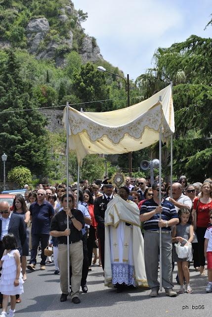 Aiello. Le Prime Comunioni del Corpus Domini, le tradizioni degli altarini e dei damaschi