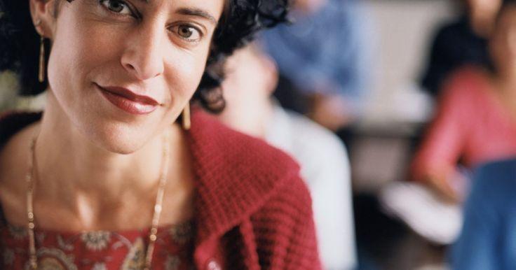 Condicionamiento operante y disciplina en el salón de clases. El condicionamiento operante es una técnica desarrollada con el apoyo de los psicólogos Thorndike, Skinner y Watson, y dicta que una respuesta es una reacción directa a los estímulos. En un salón de clases, la teoría del condicionamiento operante se puede utilizar para mantener y mejorar la disciplina en el aula.