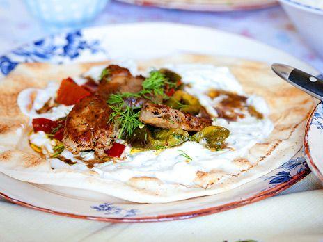 Avnjut denna underbara souvlaki på fläskfilé tillsammans med med tzatziki och klyftpotatis (eller i bröd om du inte är tokhungrig). Det är toppklass, vi kan liksom inte säga mer än så. Ät det bara! Recept från boken Din matkasse