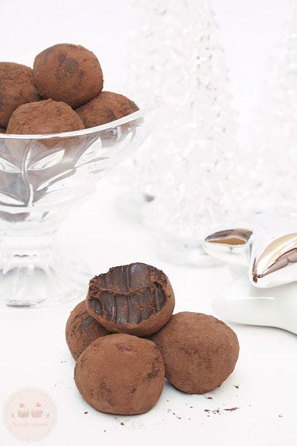 Ingrédients pour 25 truffes *250g de chocolat noir dessert bio en vente chez Kaoka *125g de beurre *2 jaunes d'oeufs *125g sucre glace tamisé *1 cc de rhum ou d'extrait de vanille *Cacao amer bio en poudre en vente chez Kaoka Préparation : Cassez le chocolat en petits morceaux. Faites-le fondre dans une casserole au
