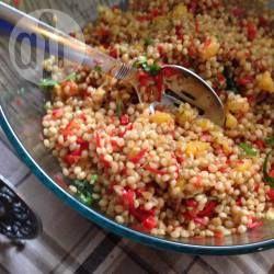 Полезный салат с цельным зерном, сладким перцем и апельсином