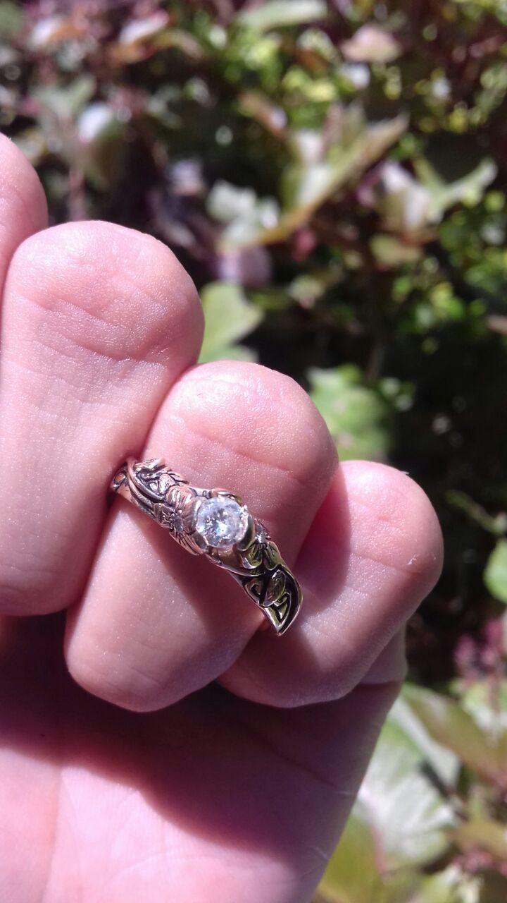 Hermoso anillo de compromiso elaborado por manos mexicanas tiene un diamante de 0.20 Puntos Corte Redondo, Color F-G, Claridad SI1 - SI2, Kilates, 14 . La banda de esta pieza es 100 % artesanal con un diseño de dos flores, en los botones de las flores esta puesto un diamante por cada flor. Haciendo un total de 0.04 puntos de diamante por las dos flores  Disponible de talla 4 a 10. *Garantía de por vida *Certificado de autenticidad *Incluye caja y empaque de nuestra marca Envíos 100%…