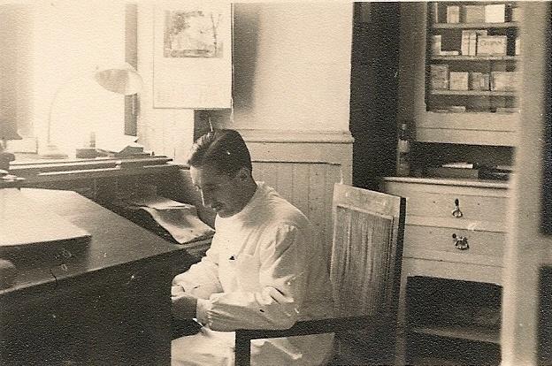 Mi abuelo en su zona de trabajo el buro y el escritorio for Muebles el abuelo
