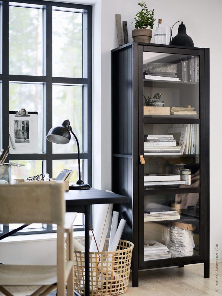 Stilmässigt hämtar vi inspiration från Gotland med en känsla av nordisk enkelhet, lugn och harmoni. Stilen skapas med utgångspunkt i möbler och detaljer som andas tidlöshet och är framtagna för att hålla en livstid. BJÖRKSNÄS vitrinskåp, GADDIS korg, KARPALUND/RYGGESTAD bord och BJÖRKSNÄS regissörstol.