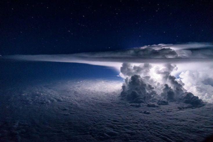 Tempesta notturna sull'oceano Pacifico: lo scatto mozzafiato di un pilota