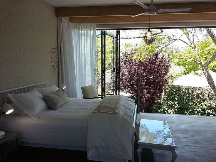 Fresh 'Tree House' Studio Apartment - Fresh is a light and airy self-catering 'tree house' studio apartment in Cape Town's verdant Constantia Valley, accommodating two people.The kitchenette is equipped with cooker, fridge, microwave, kettle ... #weekendgetaways #constantia #capetowncentral #southafrica