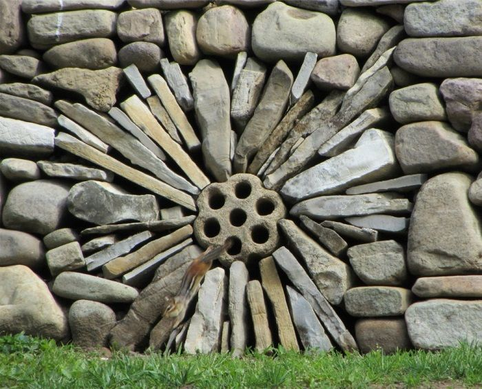 Dry stone wall in dandelion design by George Weaver.wallswithoutmortar.blogspot.com