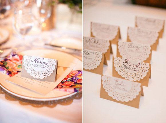 Decoración sencilla para bodas con blondas de papel indicador de sitio! con blondas!