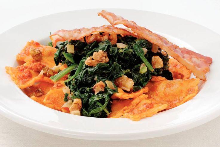 Kijk wat een lekker recept ik heb gevonden op Allerhande! Rode pestoravioli met spinazie en spek
