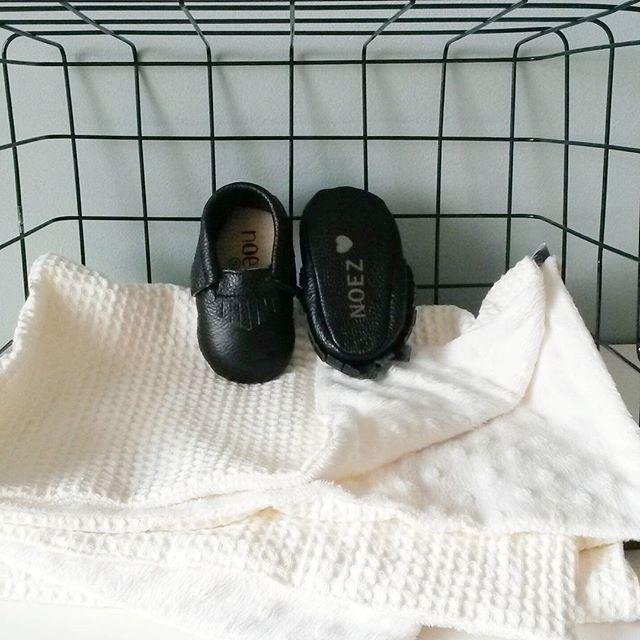 www.noez.nl  Baby essentials Heerlijk zachte wiegdeken en zwart leren mocassins ♡