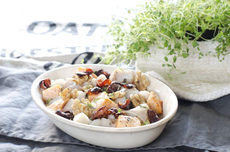 laks og sei i form med potet, bacon og valnøtter