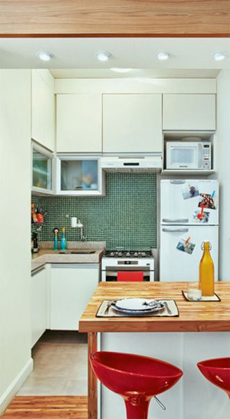 Cozinha americana com geladeira-fogão-pia grudadinhos. (O counterspace fica na bancada em L e na ilha.)