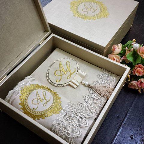 Caixa de couro com toalha + bíblia personalizados. Uma linda opção de lembrança.  www.ateliecrisetiago.com.br  #casamento #casar #caixinha #caixapersonalizada #caixa #box #caixadetecido #caixadeluxo #caixadecouro #caixacasamento #caixadecasamento #caixabordada #caixaparapadrinhos #caixapadrinhos #bibliapersonalizada #gift #wedding #weddingbox #weddinggift #toalhabordada #ateliecrisetiago