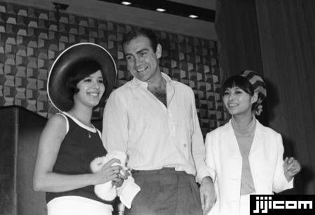 ショーン・コネリー来日 映画「007」の日本ロケ撮影で来日し、記者会見するジェームズ・ボンド役のショーン・コネリーさん(中央)と共演の浜美枝さん(左)、若林映子さん(東京・千代田区の東京ヒルトンホテル) (1966年07月29日)