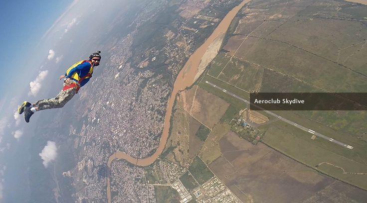 Paracaidismo Curso AFF 3 saltos Incluye: Curso en tierra. Salto Tándem. Un (1) salto con dos (2) instructores. Un (1) salto con un (1) instructor. Cupo en el avión. Seguro todo riesgo. Certificado del curso. ...