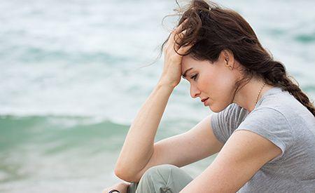 (Zentrum der Gesundheit) – Das polyzystische Ovarialsyndrom (PCOS) ist eine der häufigsten Hormonstörungen bei jungen Frauen. Die Hauptmerkmale sind Übergewicht, Zyklusunregelmässigkeiten, Insulinresistenz, Damenbart und Unfruchtbarkeit. Schulmedizinisch wird PCOS ausschliesslich mit synthetischen Hormonpräparaten und Diabetesmedikamenten behandelt. Naturheilkundliche Alternativen werden den betroffenen Frauen so gut wie nie vorgestellt. Dabei gibt es diese durchaus. Und sie wirken sogar…