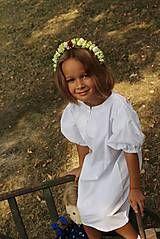 detská sukienka je ušitá z červenej látky s bielymi bodkami. Spodok sukienky je zdobený krajkou smotanovo- šedej farby. V páse je guma, ktorá sa dá upraviť, stiahnuť i povoliť ( 5 cm som ne...