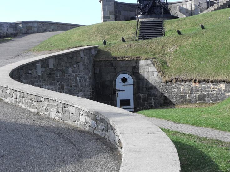 L'entrée d'un tunnel entre la Citadelle et le Parlement?  Non! Il s'agit plutôt d'une galerie de tir qui aurait permis aux soldats britanniques de défendre la Citadelle en cas d'attaque. La légende veut toutefois que les sous-sols du Vieux-Québec fourmillent de tunnels secrets reliant la Citadelle à différents bâtiments de Québec. Par: Catherine St-André