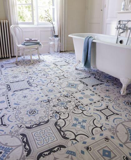 Un sol imitation carreaux de ciment dans la salle de bains pour les petits budgets