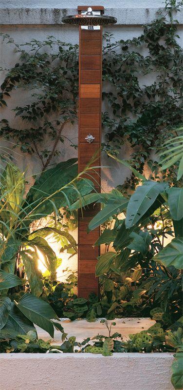 O chuveirão fica rodeado por guaimbês e helicônias, sutilmente iluminados por espetos com lâmpadas halógenas PAR 30, de 75W.