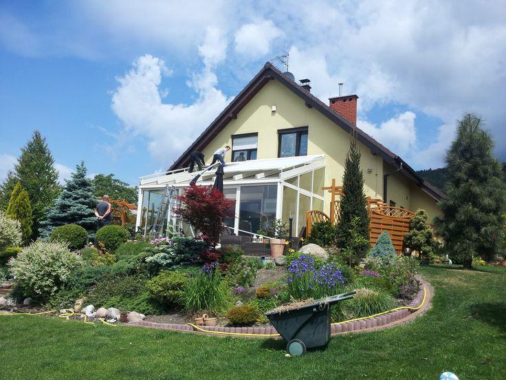 Ogród zimowy to prestiż, jakość życia, styl i urok czegoś niepowtarzalnego. To obcowanie z przyrodą, ogrodem przez cały rok. Ogród zimowy to wygoda i oszczędność w jednym.