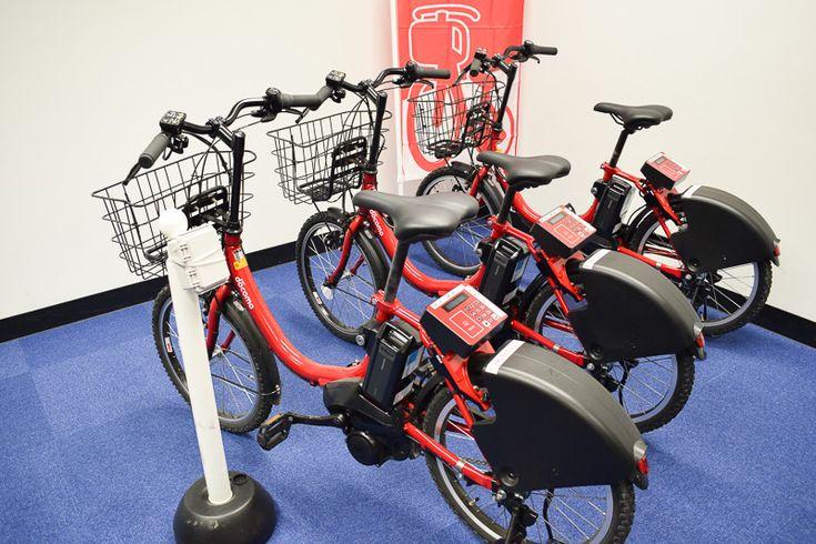 沖縄バイクシェアで使用される専用の自転車。ブリヂストンの電動アシスト自転車を採用している。写真左の白いポートは、サイクルポートに設置されるビーコン装置