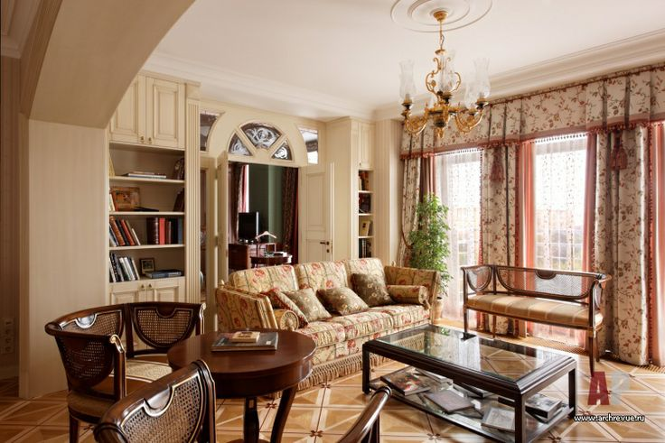 Дизайн интерьера светлой квартиры в классике   Объединив гостиную и столовую, авторы зонируют эти пространства с помощью арки. По желанию хозяйки мебель в гостиной зоне подобрана легкая, пригодная к частым перестановкам. Арка, порталы, двери и встроенные шкафы выполнены по авторским эскизам, поставщик и производитель «ОРЕХ-СП»