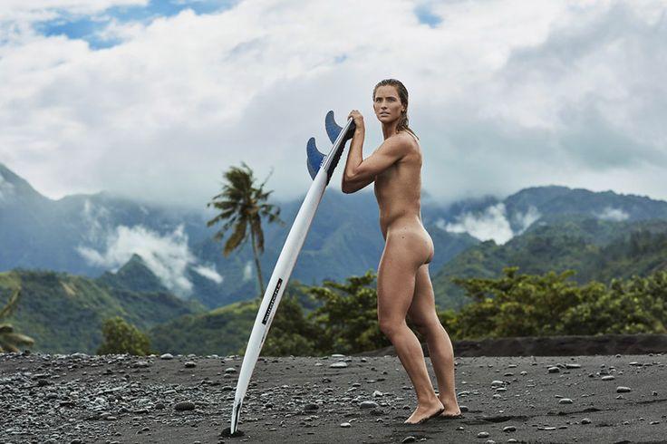 Η αθλήτρια του σερφ Courtney Conlogue ποζάρει χωρίς τη στολή της για το φακό του περιοδικού ESPN σε μια ακτή της Ταϊτής στη Γαλλική Πολυνησία.