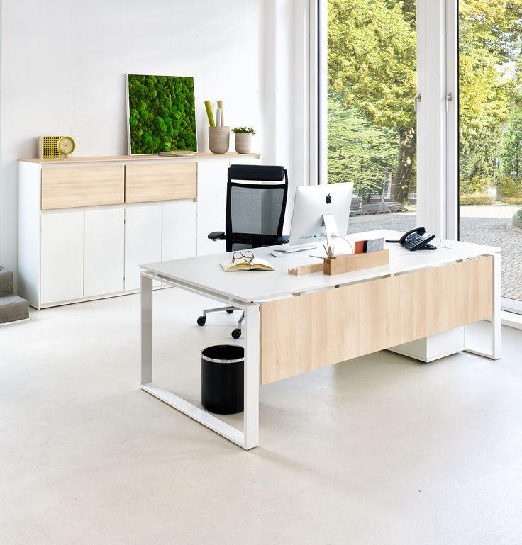 Schreibtisch: Intero von Febrü – leichtes, modernes Design mit weißem Gestell und weißer Tischplatte. Akzente werden durch die Fußblende in Dekor Akazie gesetzt.