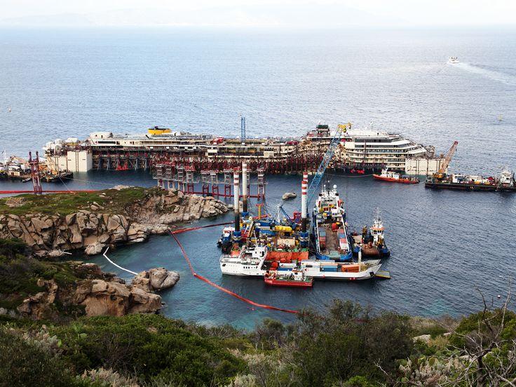 #picoftheday #NatGeoChannelGR  Giglio, Ιταλία. Φωτογραφία του Costa Concordia σε όρθια θέση.