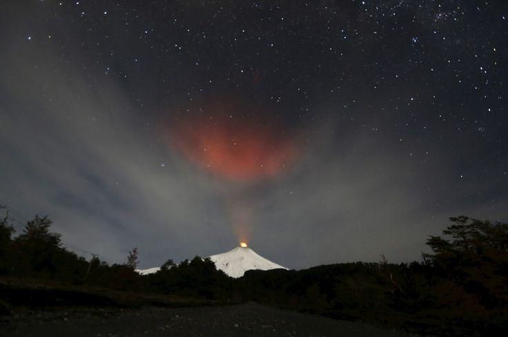 Røyk stiger fra vulkanen Villarica, nær byen Pucon i Chile. Det er den mest aktive vulkanen i hele Sør-Amerika.